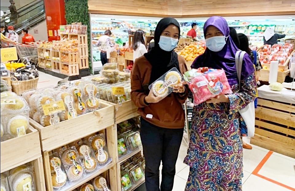 유통매장에서 한국산 과실류를 구입하는 현지인